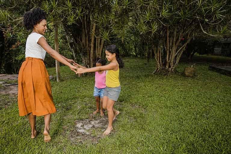 Mujer bailando con niños