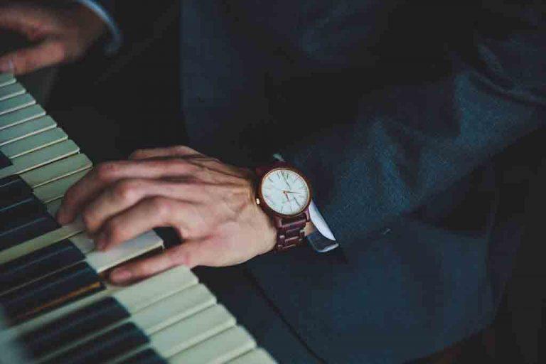 Adulto aprende a tocar el piano
