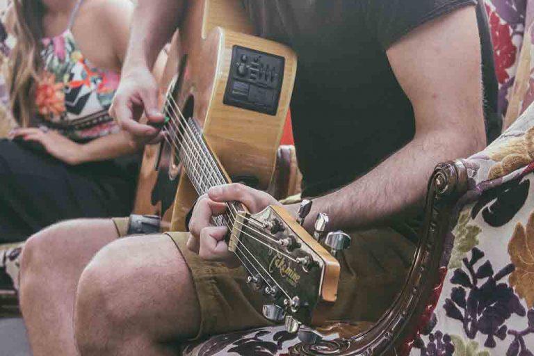 Adulto tocando la guitarra