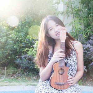 Chica joven con ukelele