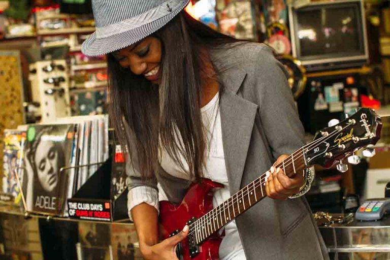 Mujer tocando la guitarra eléctrica