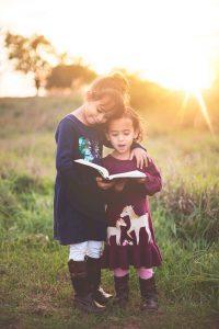 Niños leyendo música