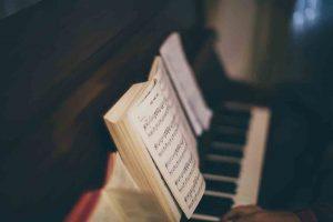 Partitura y teclado de piano