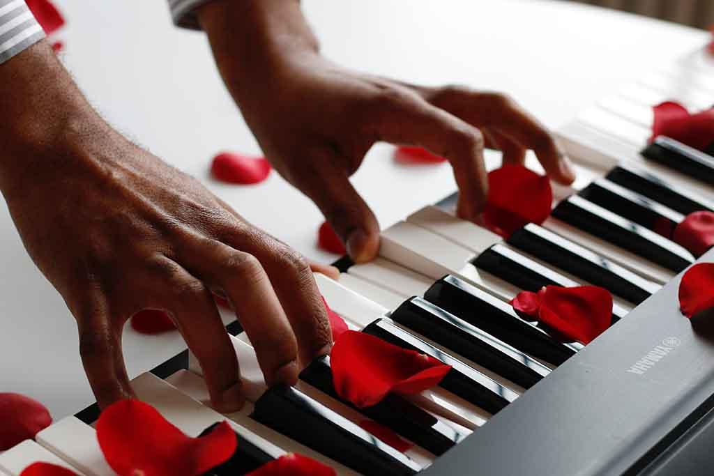 piano digital y rosas