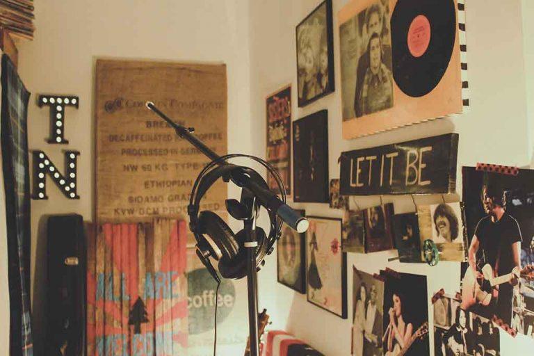 Habitación llena de música
