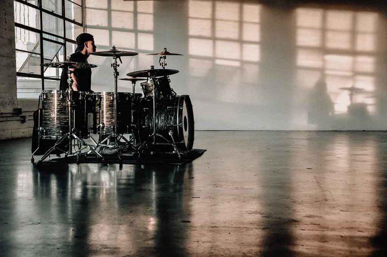 Músico tocando la batería
