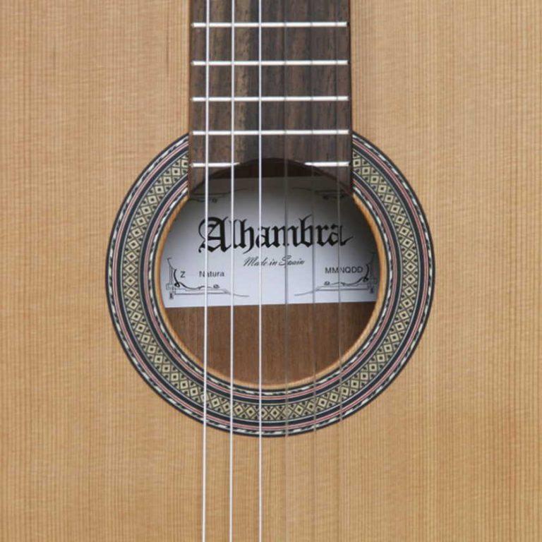 Detalle tapa y cuerdas de la guitarra Alhambra Z-Nature