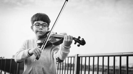 Niño tocando el violín